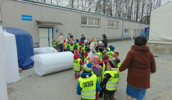 Wizyta przedszkolaków w fabryce mebli tapicerowanych Gala Collezione w Lisim Ogonie
