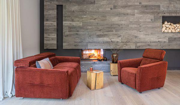Zestaw wypoczynkowy Nola w obiciu w kolorze rudo-miedzianym, doskonale pokreśli jesienny klimat aranżacji