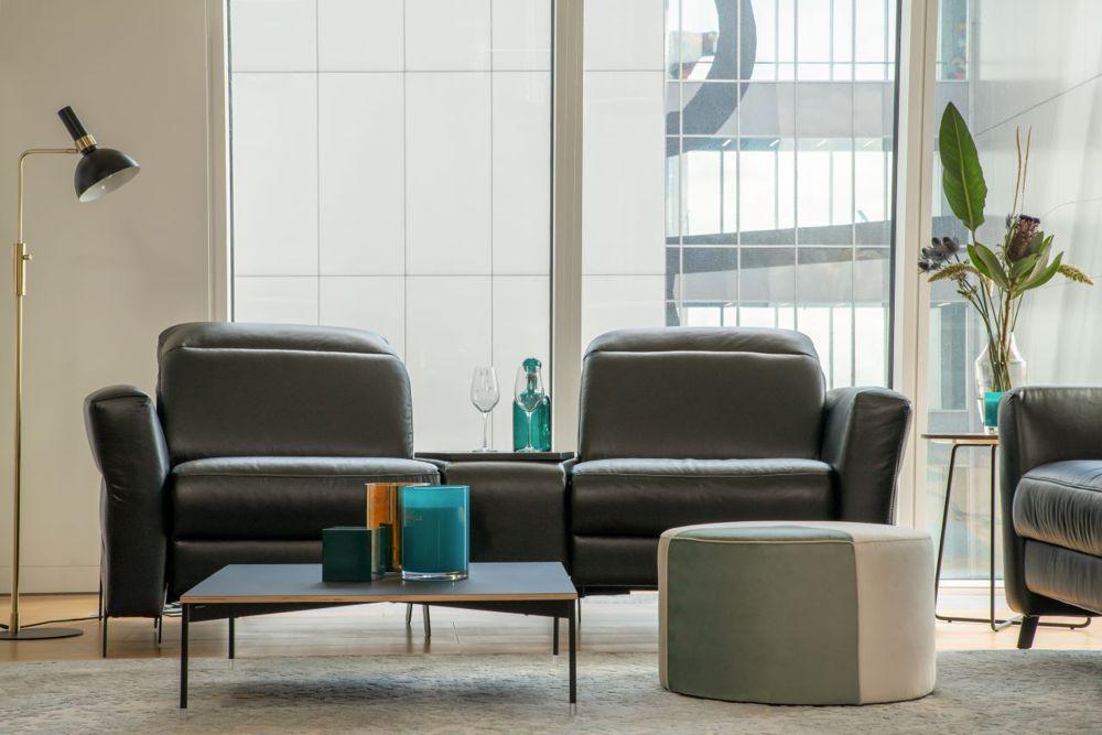 Dwuosobowa, czarna sofa Volta z barem skośnym między siedziskami | Gala Collezione