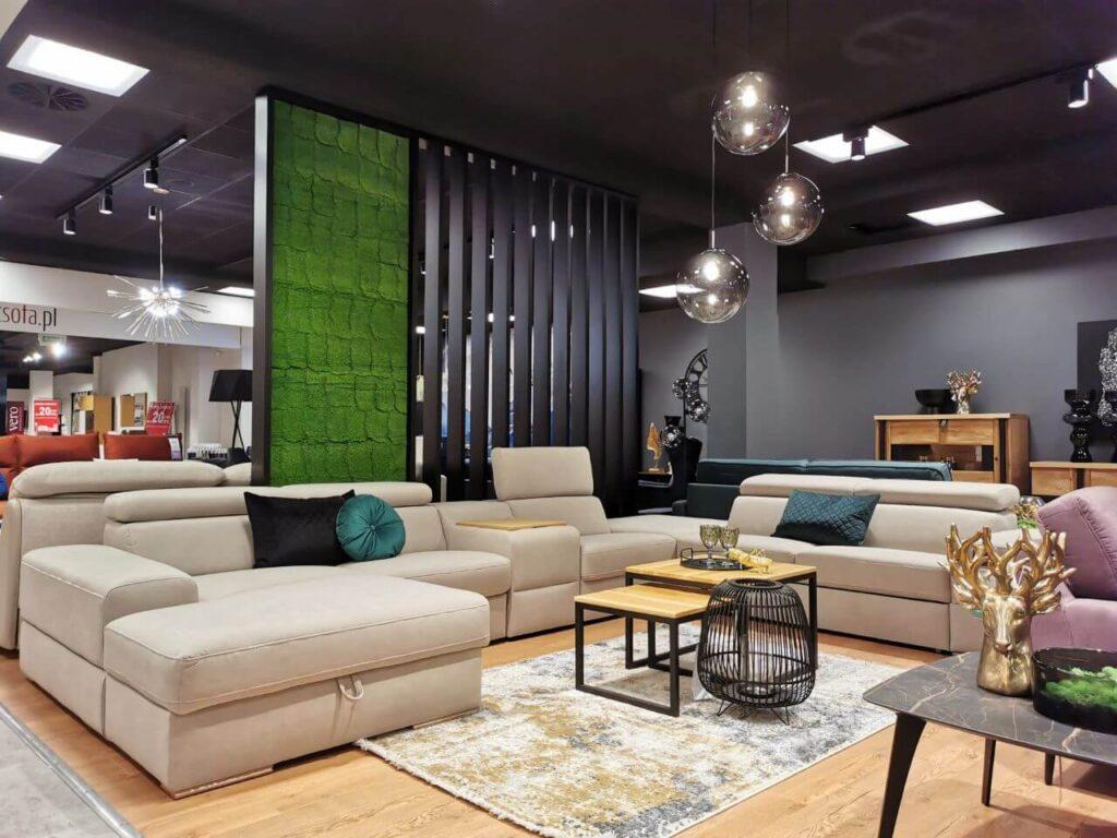 System modułowy Plaza w beżowej tapicerce w salonie firmowym Gala Collezione we Wrocławiu.