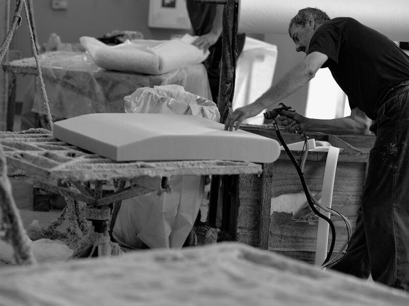 Klejarnia w Fabryce Mebli Gala Collezione - oklejanie pianką stelaży meblowych