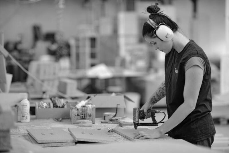 Montaż elementów meblowych w Szwalnia w Fabryce Mebli Gala Collezione