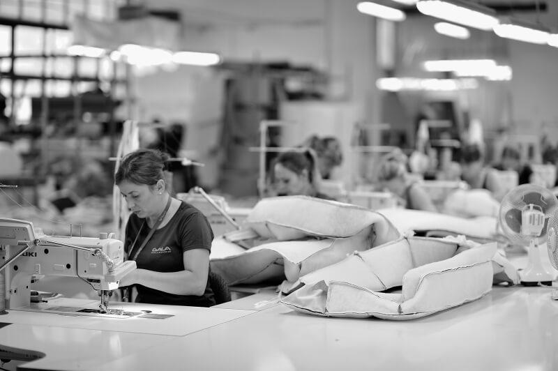 Szwalnia w Fabryce Mebli Gala Collezione - szycie pokrowców meblowych