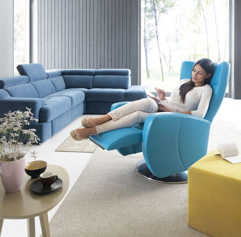 Kobieta siedząca na niebieskim fotel Inari z funkcją relaksu