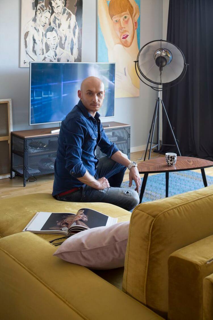 Jacek Szawioła z GoggleBox wybrał narożnik Veneto marki Sweet Sit do swojego salonu