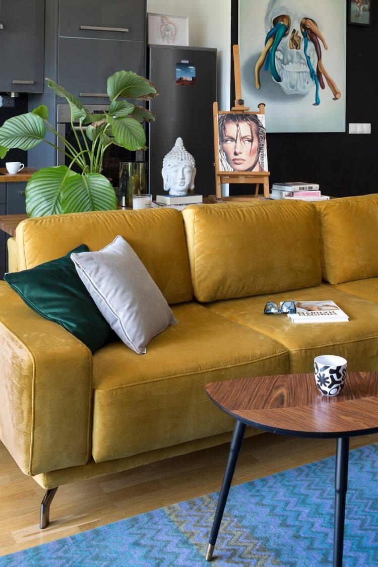 Żółto-złoty narożnik w mieszkaniu Jacka Szawioły