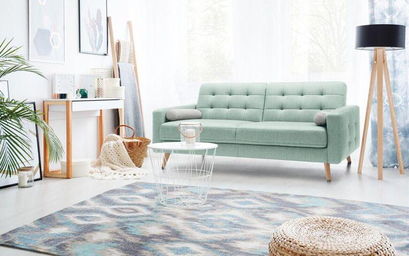 Wnętrze w stylu skandynawskim to mnóstwo światła oraz przestrzeni, podkreślanych przez jasne kolory, proste formy i oszczędność dodatków (sofa Nappa marki Sweet Sit)
