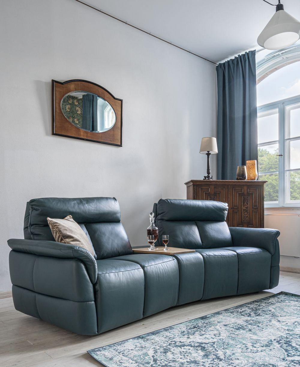 Masywna, niebieska sofa Oviedo w kamienicznym, klasycznym wnetrzu | Gala Collezione