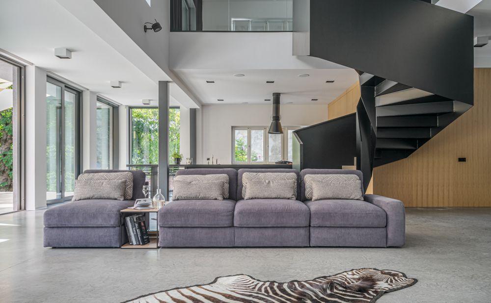 Duża, czterosiedziskowa sofa Serena ze stolikiem | Gala Collezione