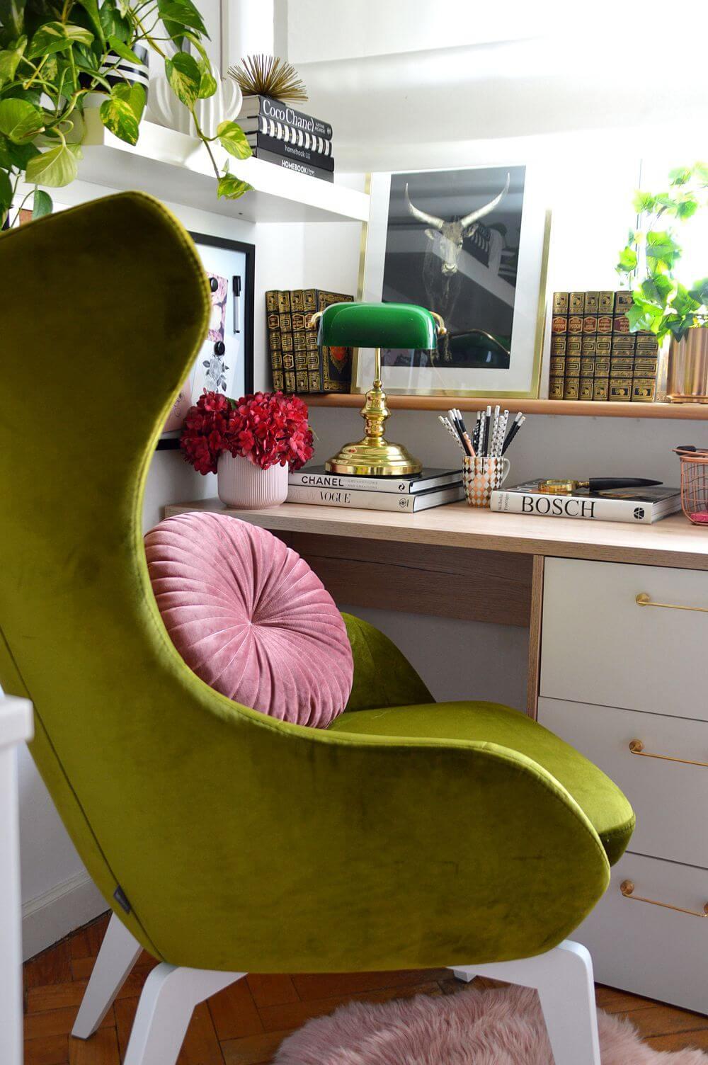 Zielony fotel Neo II marki Gala Collezione z poduszką na siedzisku, przy jasnym biurku należącym do nastolatki