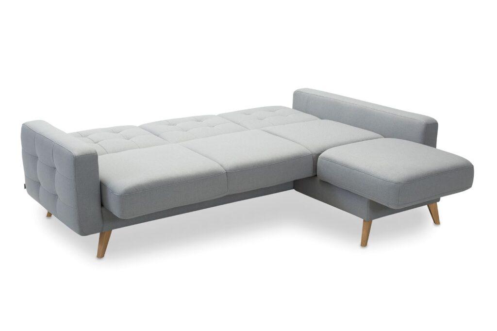 Narożnik Nappa marki Sweet Sit na wysokich drewnianych nóżkach z rozłożoną funkcją spania typu C.S.T. (Comfort Sleeping Technology).